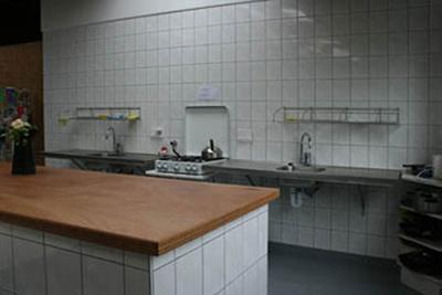 Keukenblok met afwasmogelijkheid, koelkast, vriezer en gasfornuis