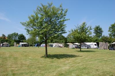Grote campingveld met kringopstelling
