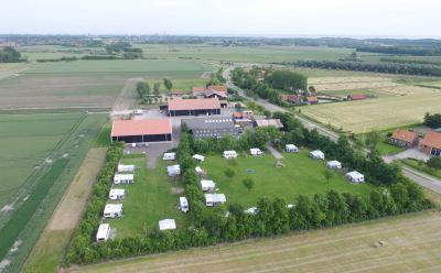 Luchtfoto minicamping en akkerbouwbedrijf