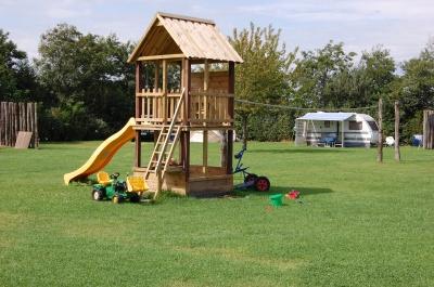 Speelhuisje op het grote veld, hierdoor heeft u goed zicht op uw kinderen